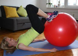 beincurl mit gymnastikball übungen