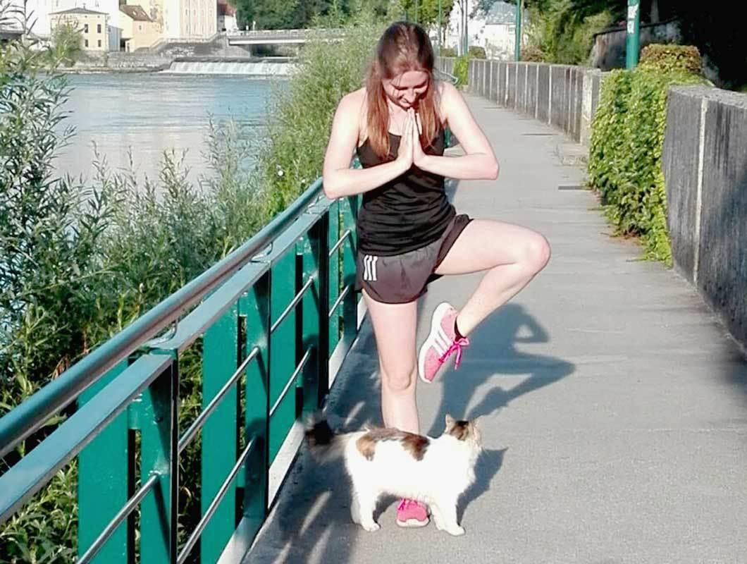 Yoga zu zweit: Partnerübungen für dich und dein Haustier - WE GO WILD