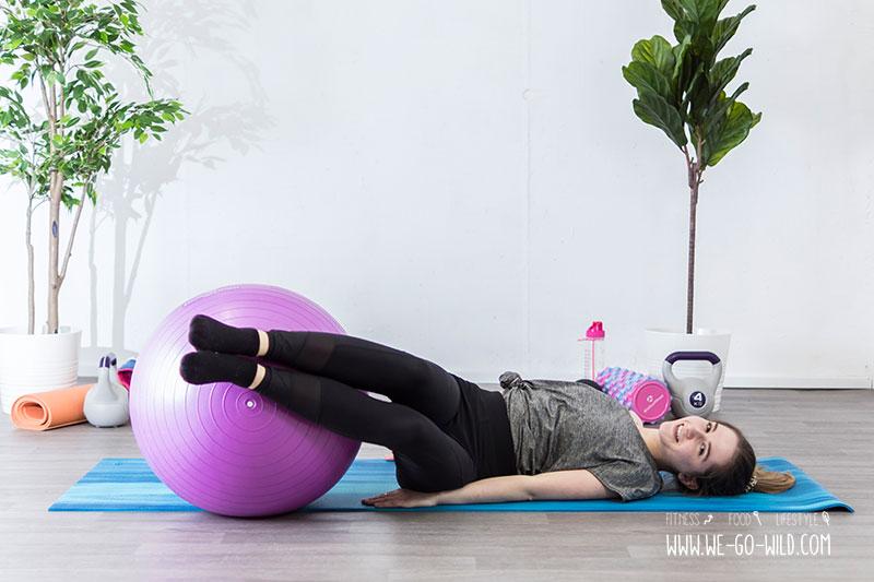 die 13 besten bungen mit gymnastikball f r zu hause. Black Bedroom Furniture Sets. Home Design Ideas