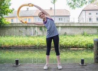 Wassergymnastik Übungen mit Schwimmnudel zum Dehnen