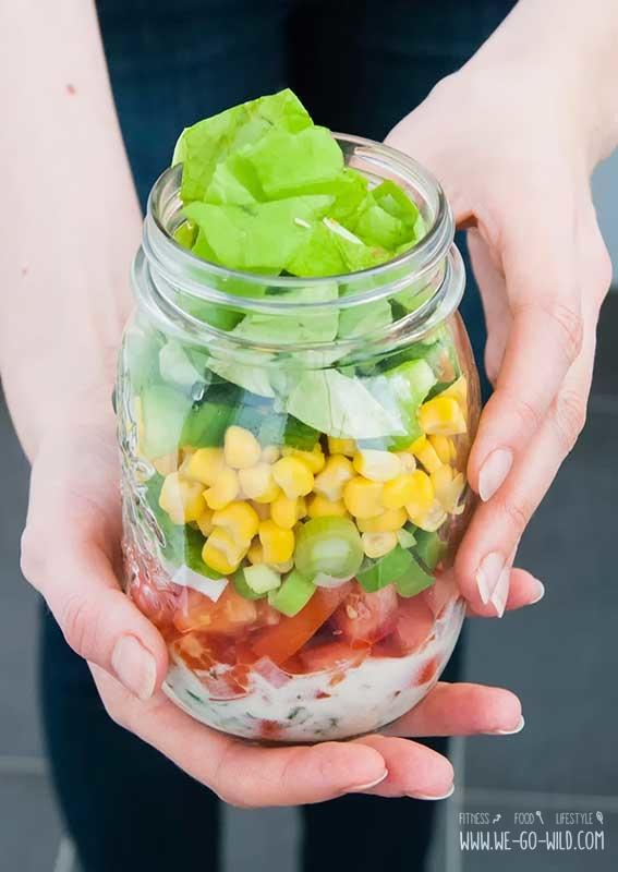 mason-jar-salat-mit-hand