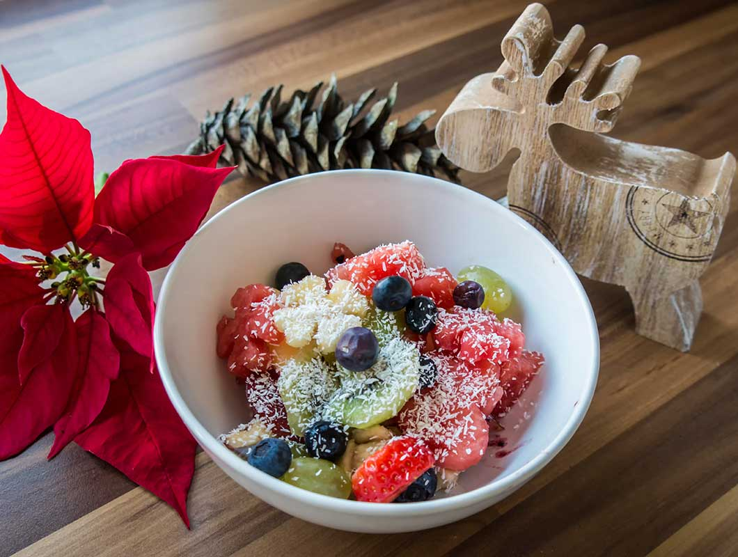 gesundes weihnachtsdessert mit früchten