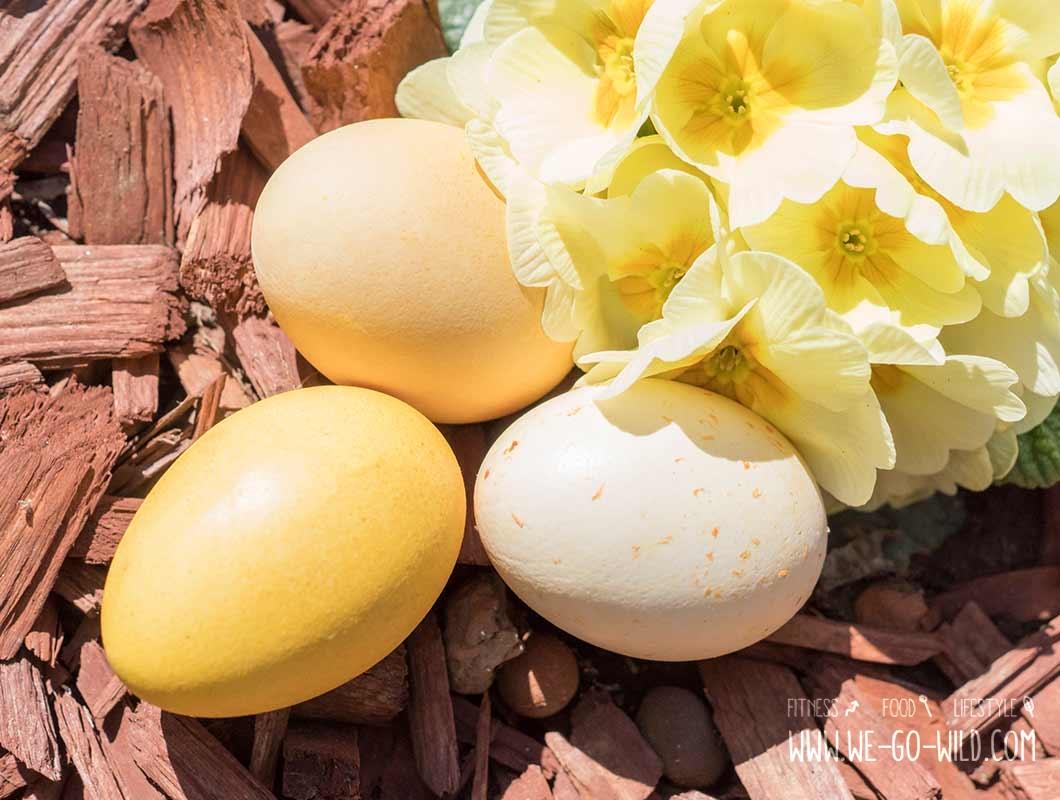 ostereier nat rlich f rben bunte eier mit kr utern schalen und gem se. Black Bedroom Furniture Sets. Home Design Ideas