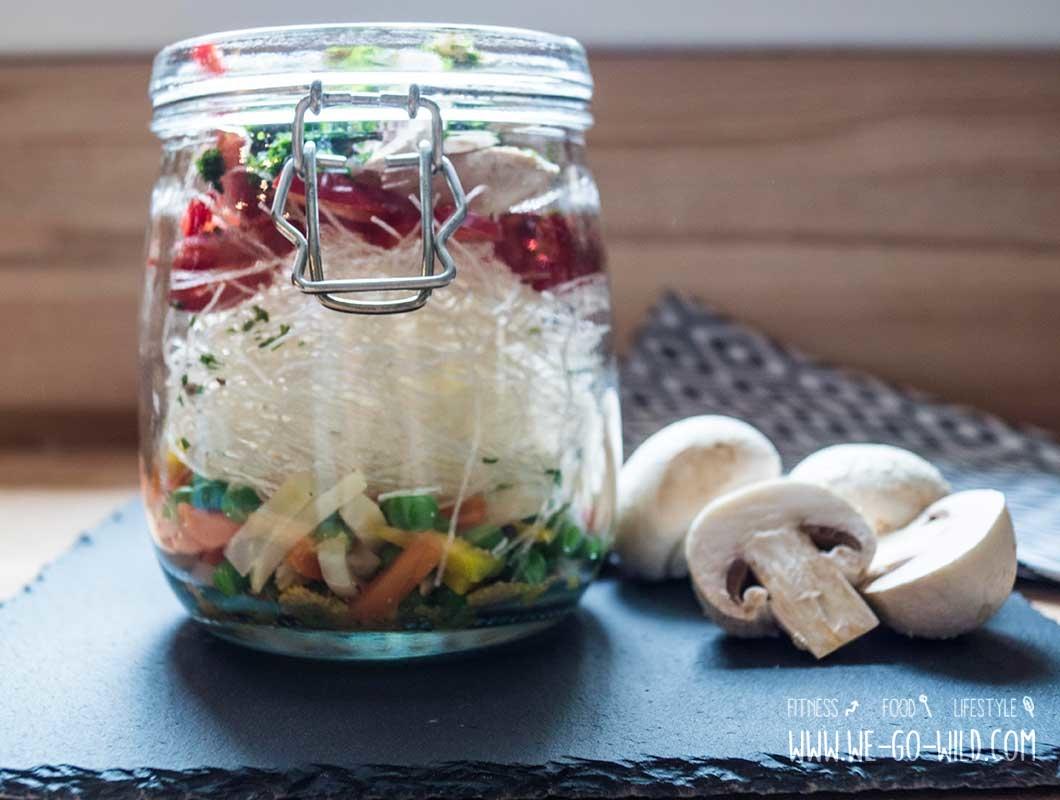 Suppe im Glas mit frischem Gemüse