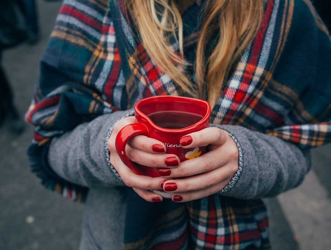Tee trinken gegen trockne Haut im Herbst