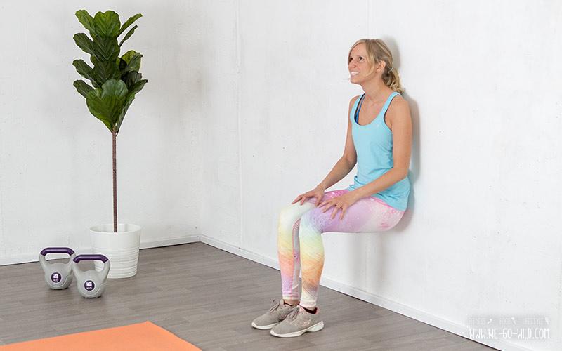 Beintraining zuhause: Fitnessübung Wandsitzen für die Oberschenkel