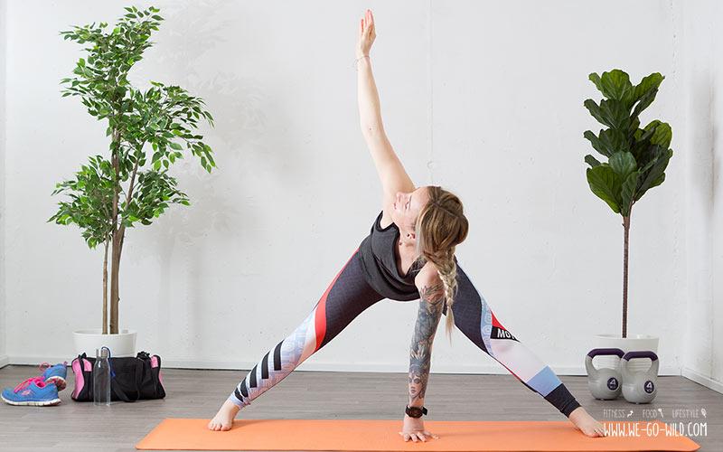 Yoga am Morgen Energieyogaübungen Twist in der Grätsche