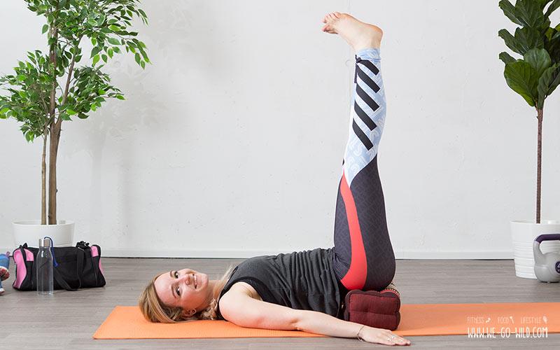 Yoga am Morgen für mehr Energie: Beine in die Luft als Teil von Morgenyoga