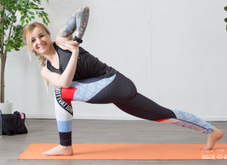 Yoga am Morgen zum Munter werden Twist im Ausfallschritt