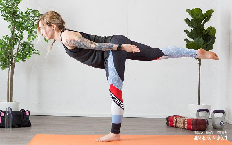 Yoga am Morgen Einbeinstand als Morgenyogaübung zum wach werden
