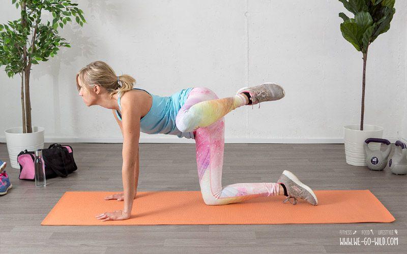 Knackpo im Wohnzimmer: Der Feuerhydraten Kick (seitlicher Kick im Knien) als effektive Po Übung